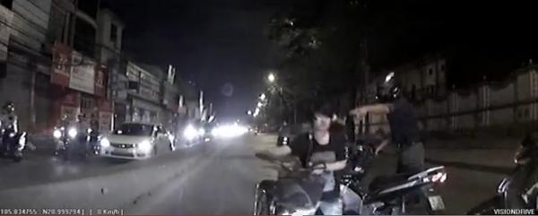 """Cô gái thản nhiên đạp xe ngược chiều, """"hất đổ"""" hai xe máy 3"""