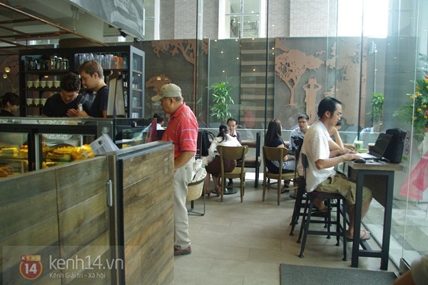 """Teen chán """"check in"""", Starbucks thứ 2 tại SG khai trương trong vắng vẻ 6"""