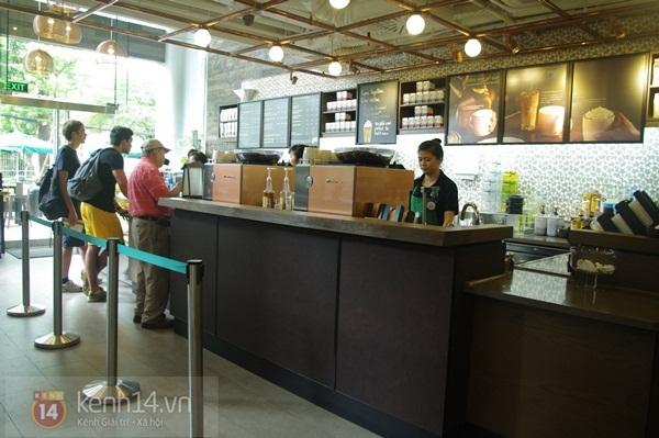 """Teen chán """"check in"""", Starbucks thứ 2 tại SG khai trương trong vắng vẻ 10"""