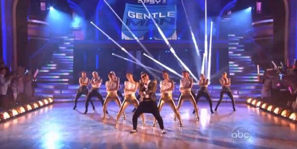 """Giám khảo """"Bước nhảy hoàn vũ"""" Mỹ nhảy """"Gentleman"""" cùng Psy 6"""