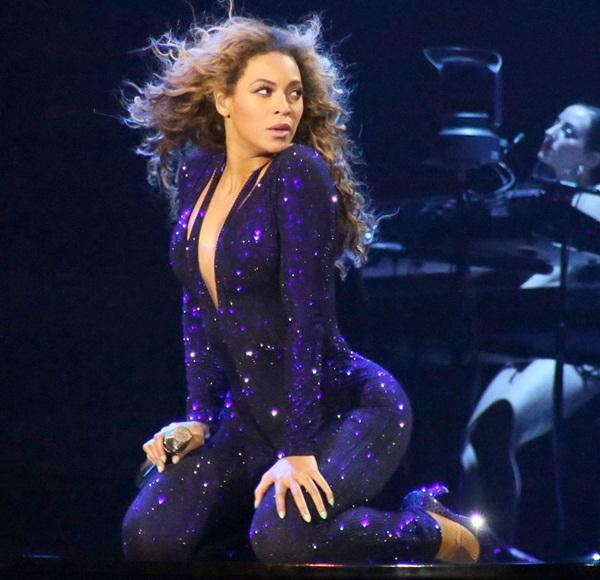 Beyoncé bị fan nam vỗ mông trên sân khấu 1
