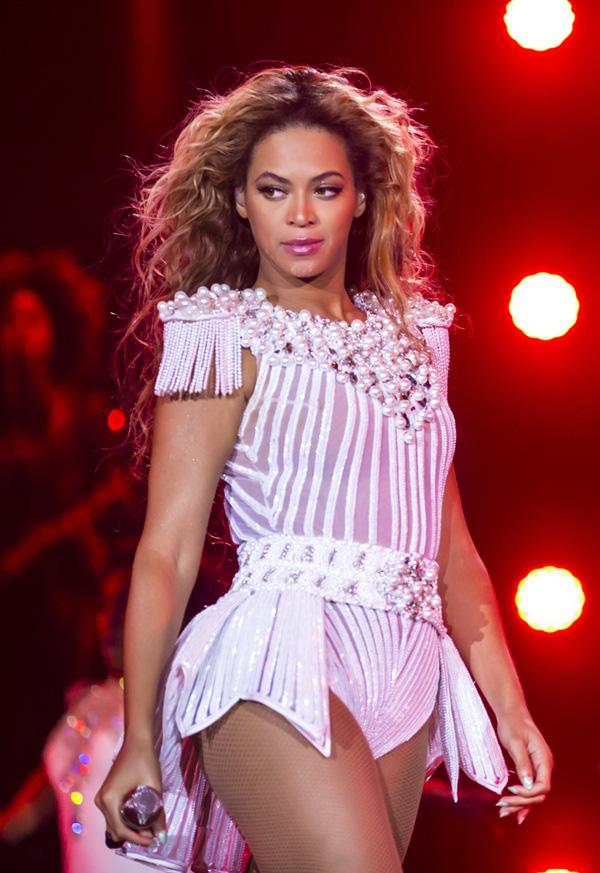 Beyoncé bị fan nam vỗ mông trên sân khấu 2