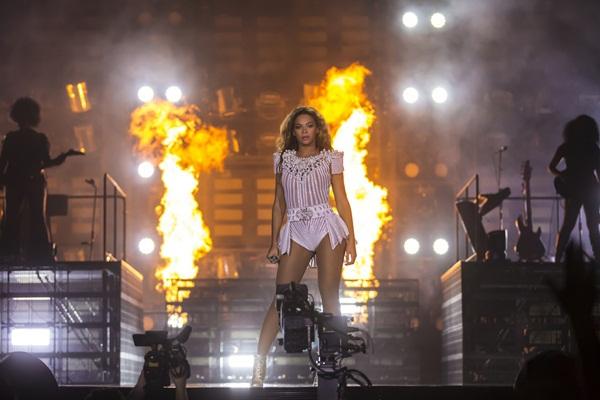 Beyoncé bị fan nam vỗ mông trên sân khấu 3