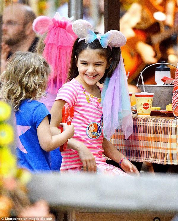 Bé Suri Cruise rạng rỡ khi được mẹ cõng đi chơi Disneyland 2