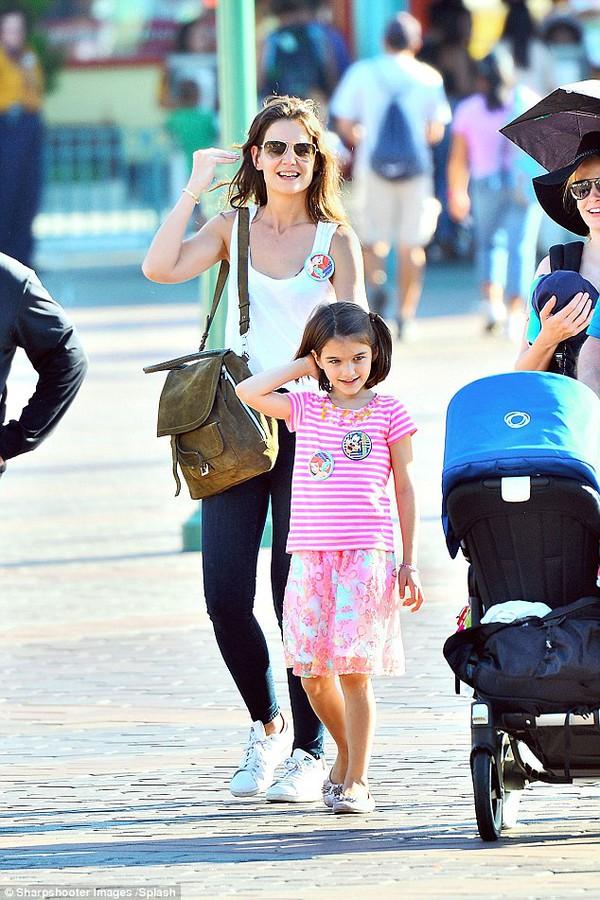 Bé Suri Cruise rạng rỡ khi được mẹ cõng đi chơi Disneyland 4