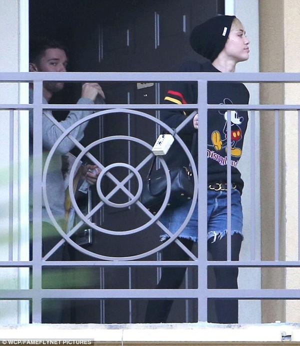 """Miley Cyrus bị bắt gặp rời nhà """"bạn trai tin đồn"""" 1"""