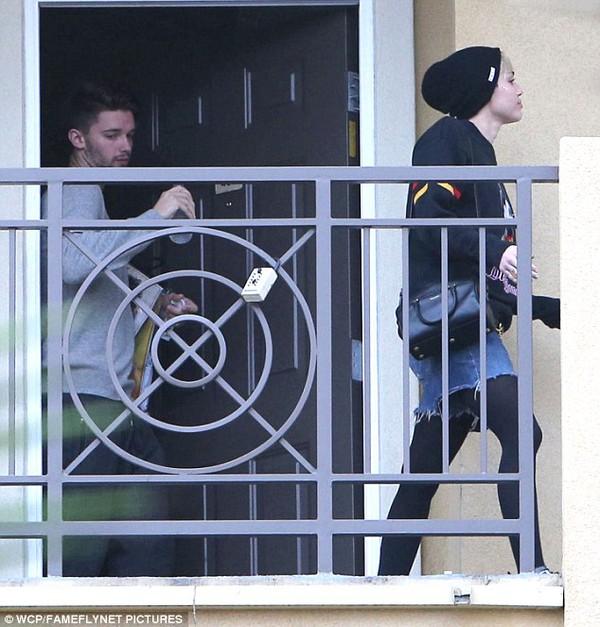 """Miley Cyrus bị bắt gặp rời nhà """"bạn trai tin đồn"""" 3"""