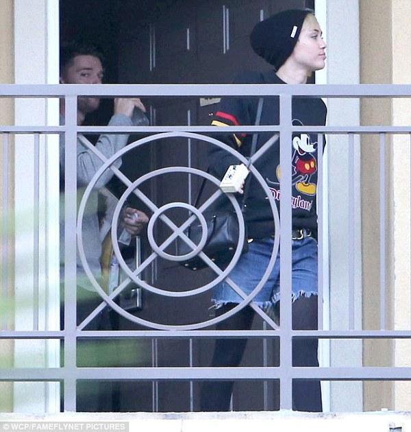 """Miley Cyrus bị bắt gặp rời nhà """"bạn trai tin đồn"""" 4"""