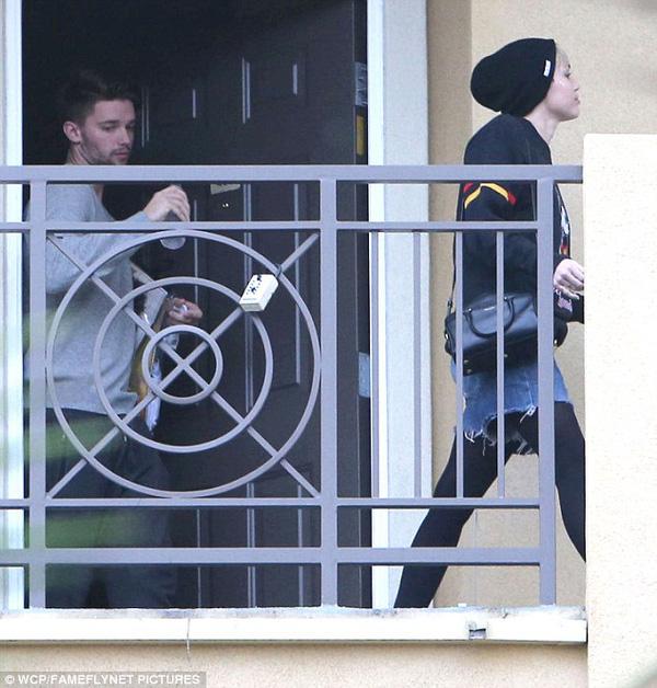 """Miley Cyrus bị bắt gặp rời nhà """"bạn trai tin đồn"""" 5"""