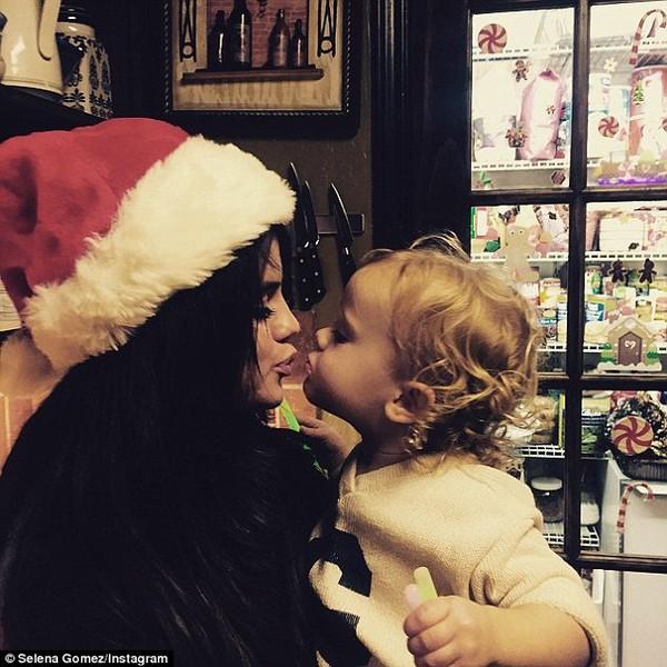 Selena Gomez bị nghi hẹn hò đồng tính với Cara Delevingne 3