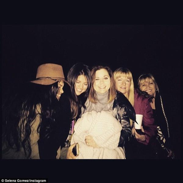 Selena Gomez bị nghi hẹn hò đồng tính với Cara Delevingne 4