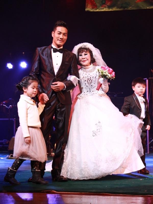 """""""Thảm họa thẩm mỹ"""" 82 tuổi cưới giả với mỹ nam trẻ trên sân khấu 1"""