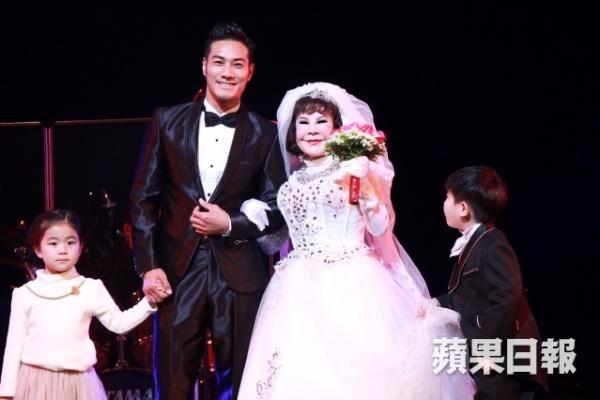 """""""Thảm họa thẩm mỹ"""" 82 tuổi cưới giả với mỹ nam trẻ trên sân khấu 2"""