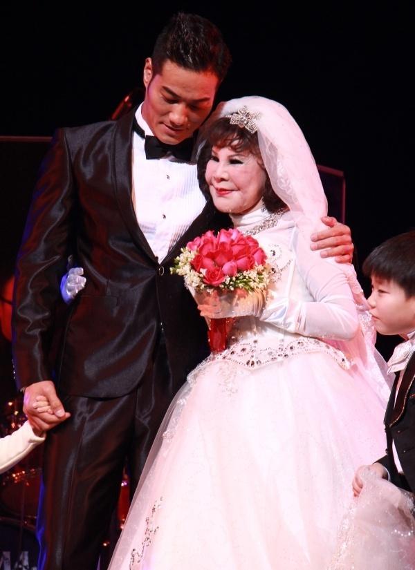 """""""Thảm họa thẩm mỹ"""" 82 tuổi cưới giả với mỹ nam trẻ trên sân khấu 4"""