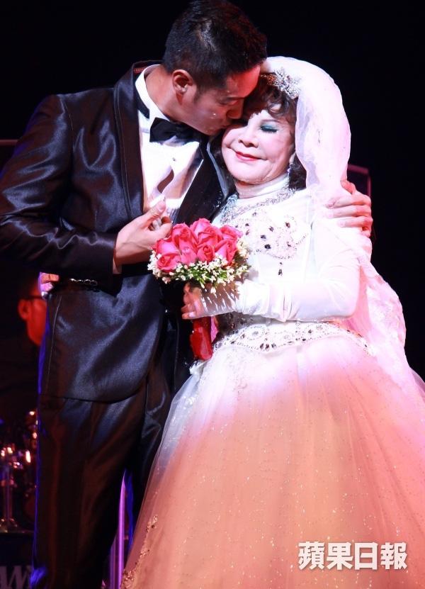 """""""Thảm họa thẩm mỹ"""" 82 tuổi cưới giả với mỹ nam trẻ trên sân khấu 3"""