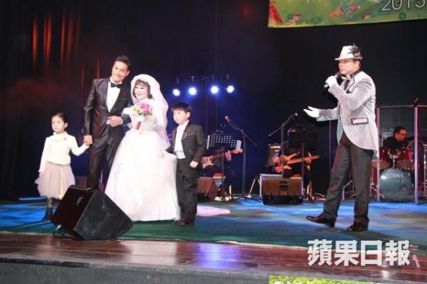 """""""Thảm họa thẩm mỹ"""" 82 tuổi cưới giả với mỹ nam trẻ trên sân khấu 5"""