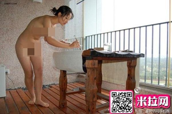 Trung Quốc : Nữ họa sĩ khỏa thân, dùng ngực vẽ tranh 1