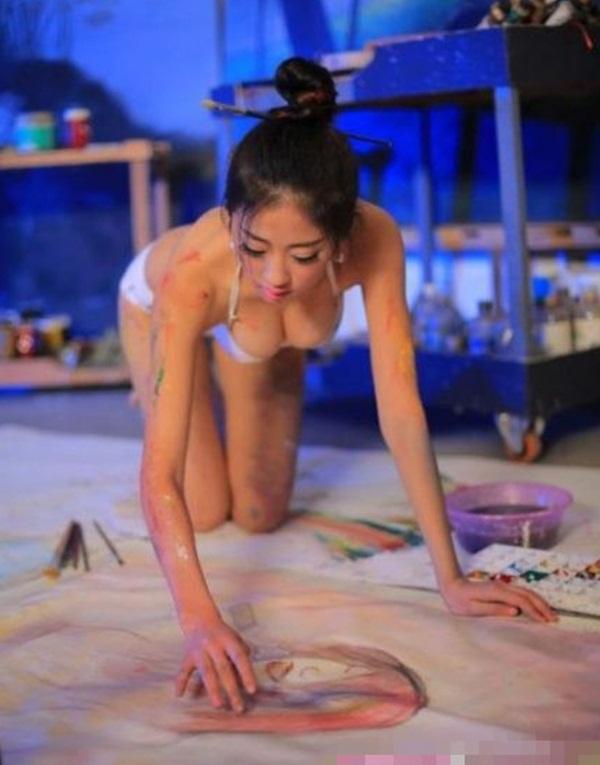 Trung Quốc : Nữ họa sĩ khỏa thân, dùng ngực vẽ tranh 11