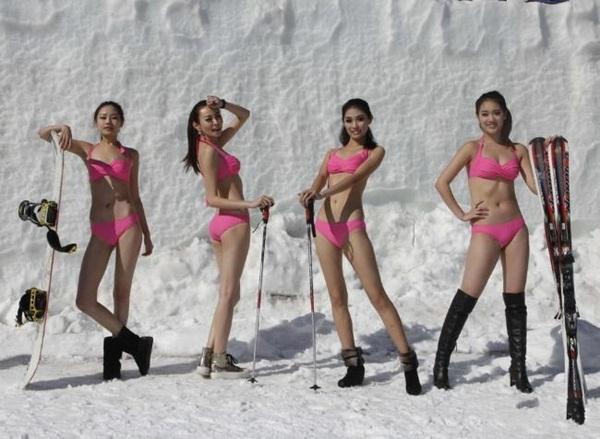 Trung Quốc: Người đẹp bikini trượt băng giữa trời băng tuyết 2