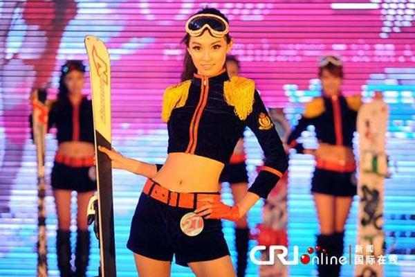 Trung Quốc: Người đẹp bikini trượt băng giữa trời băng tuyết 5
