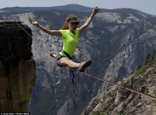 Hai cô gái can đảm di chuyển ở độ cao hơn 1.000m  5