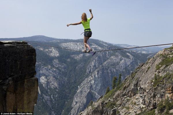 Hai cô gái can đảm di chuyển ở độ cao hơn 1.000m  6