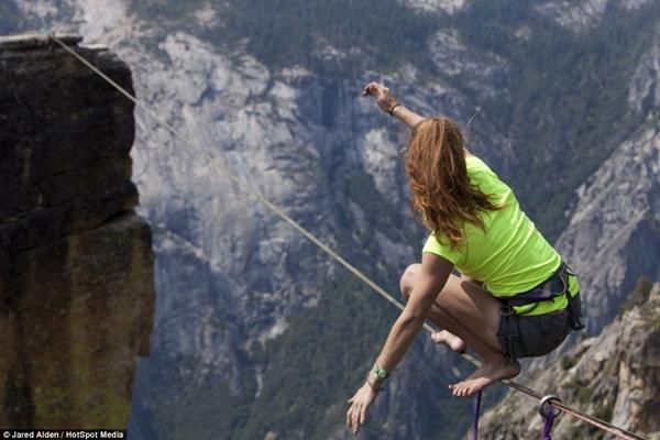 Hai cô gái can đảm di chuyển ở độ cao hơn 1.000m  7