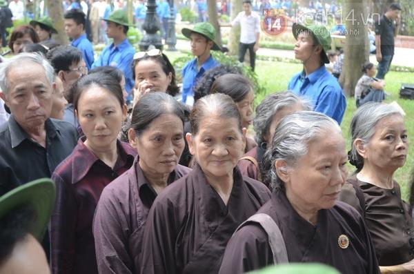 Hết giờ Lễ viếng Quốc tang, nhiều người dân vẫn xếp hàng vào viếng Đại tướng 105