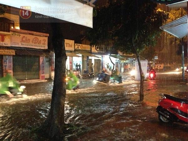 Huế: mưa lớn gây ngập lụt nặng toàn thành phố 4
