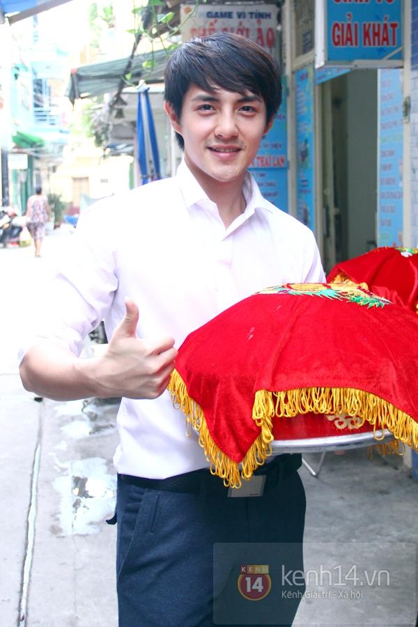Đông Nhi - Ông Cao Thắng bưng tráp quả trong đám cưới NS Đằng Phương 4