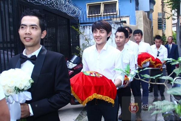 Đông Nhi - Ông Cao Thắng bưng tráp quả trong đám cưới NS Đằng Phương 10