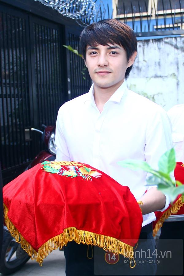 Đông Nhi - Ông Cao Thắng bưng tráp quả trong đám cưới NS Đằng Phương 11