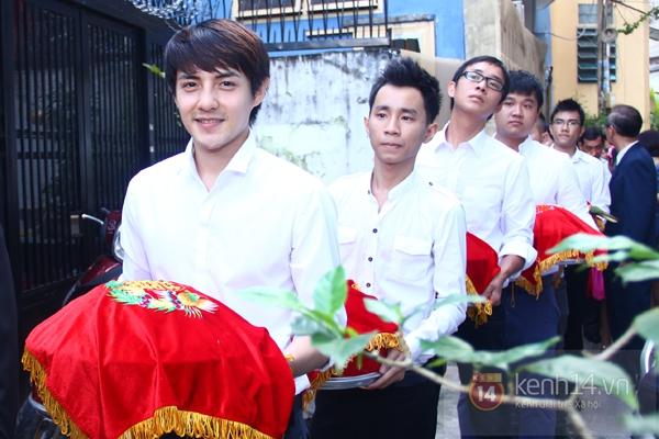 Đông Nhi - Ông Cao Thắng bưng tráp quả trong đám cưới NS Đằng Phương 12