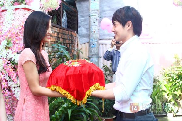 Đông Nhi - Ông Cao Thắng bưng tráp quả trong đám cưới NS Đằng Phương 15
