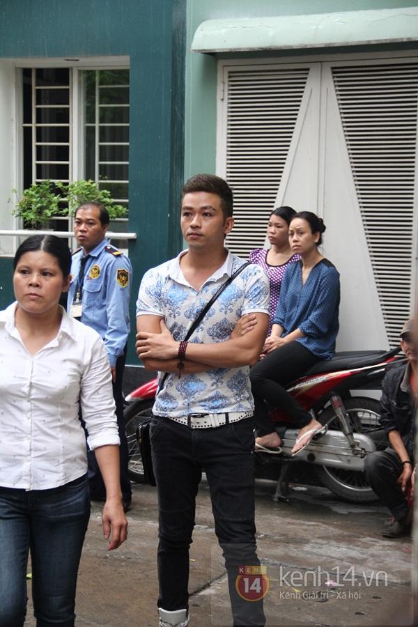 Mẹ và em gái Wanbi Tuấn Anh tiều tụy, suy sụp trong lễ tang 48