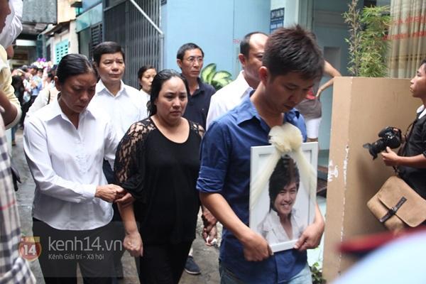 Mẹ và em gái Wanbi Tuấn Anh tiều tụy, suy sụp trong lễ tang 23