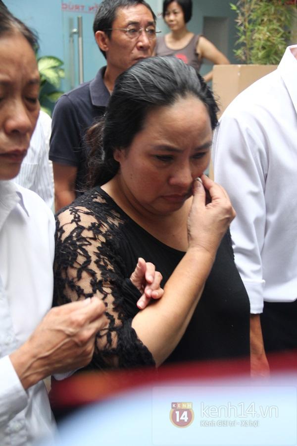 Mẹ và em gái Wanbi Tuấn Anh tiều tụy, suy sụp trong lễ tang 24