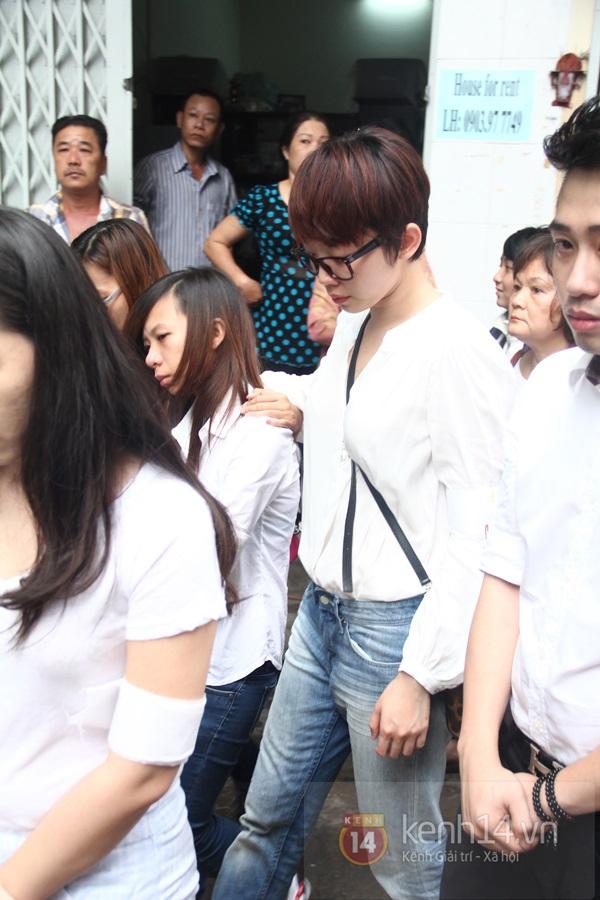 Mẹ và em gái Wanbi Tuấn Anh tiều tụy, suy sụp trong lễ tang 35