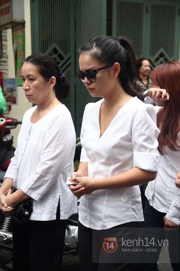 Mẹ và em gái Wanbi Tuấn Anh tiều tụy, suy sụp trong lễ tang 38