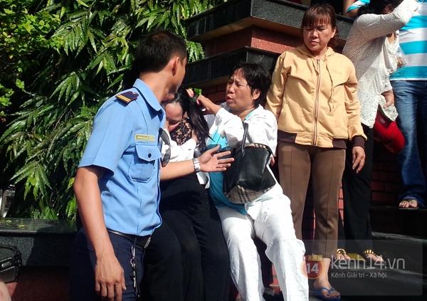 Mẹ và em gái Wanbi Tuấn Anh tiều tụy, suy sụp trong lễ tang 16