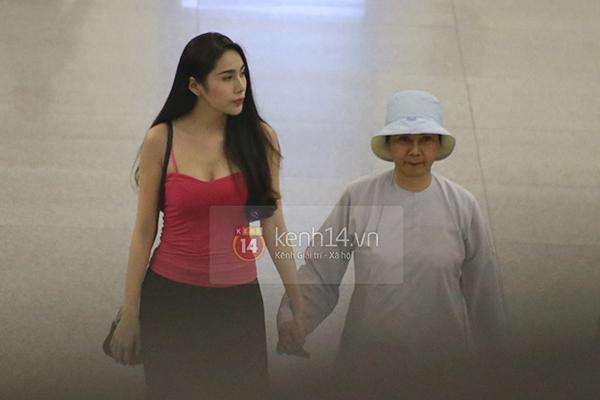 Thủy Tiên cùng mẹ ra tiễn Công Vinh đi Nhật 14