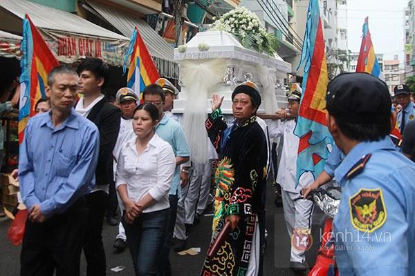 Mẹ và em gái Wanbi Tuấn Anh tiều tụy, suy sụp trong lễ tang 30
