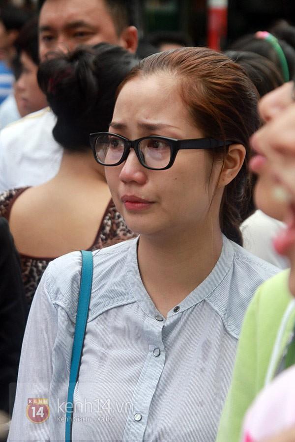 Mẹ và em gái Wanbi Tuấn Anh tiều tụy, suy sụp trong lễ tang 33