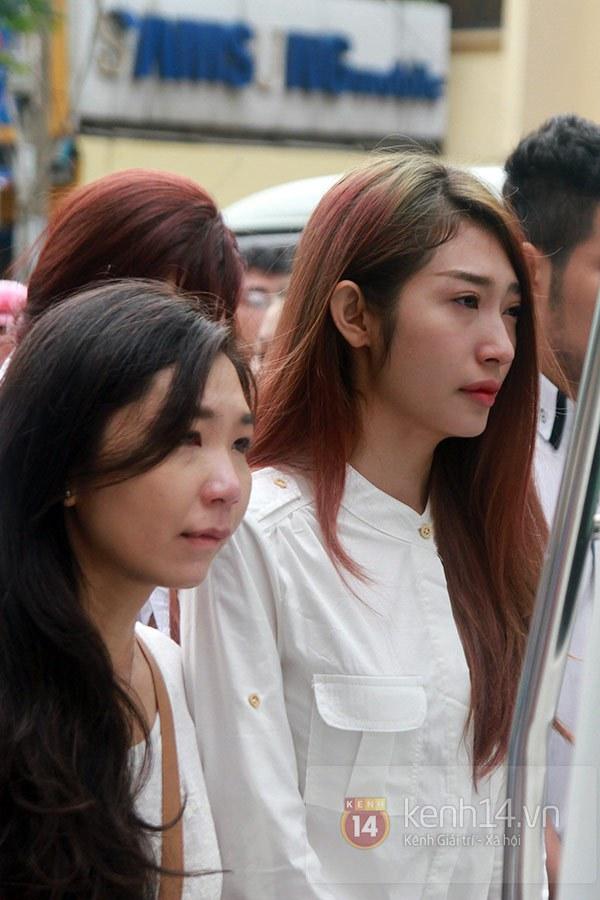 Mẹ và em gái Wanbi Tuấn Anh tiều tụy, suy sụp trong lễ tang 34