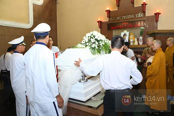 Mẹ và em gái Wanbi Tuấn Anh tiều tụy, suy sụp trong lễ tang 9
