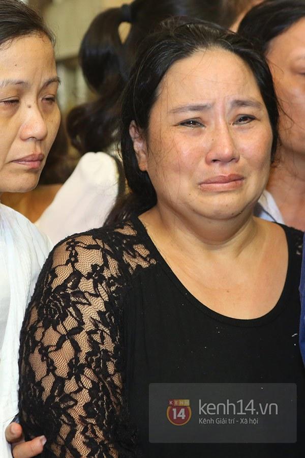 Mẹ và em gái Wanbi Tuấn Anh tiều tụy, suy sụp trong lễ tang 14