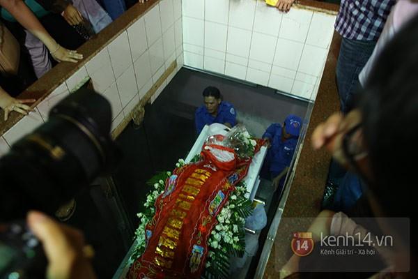 Mẹ và em gái Wanbi Tuấn Anh tiều tụy, suy sụp trong lễ tang 12