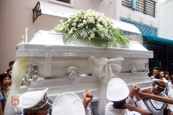 Mẹ và em gái Wanbi Tuấn Anh tiều tụy, suy sụp trong lễ tang 26
