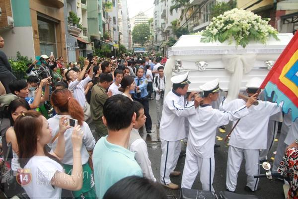 Mẹ và em gái Wanbi Tuấn Anh tiều tụy, suy sụp trong lễ tang 31