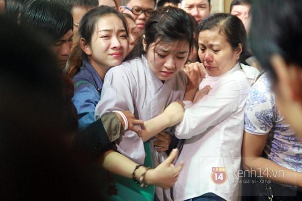 Mẹ và em gái Wanbi Tuấn Anh tiều tụy, suy sụp trong lễ tang 7